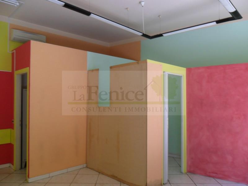 MEDOLE: NEGOZIO CON VETRINA - https://images.gestionaleimmobiliare.it/foto/annunci/130703/381252/800x800/02-07-2013_028.jpg