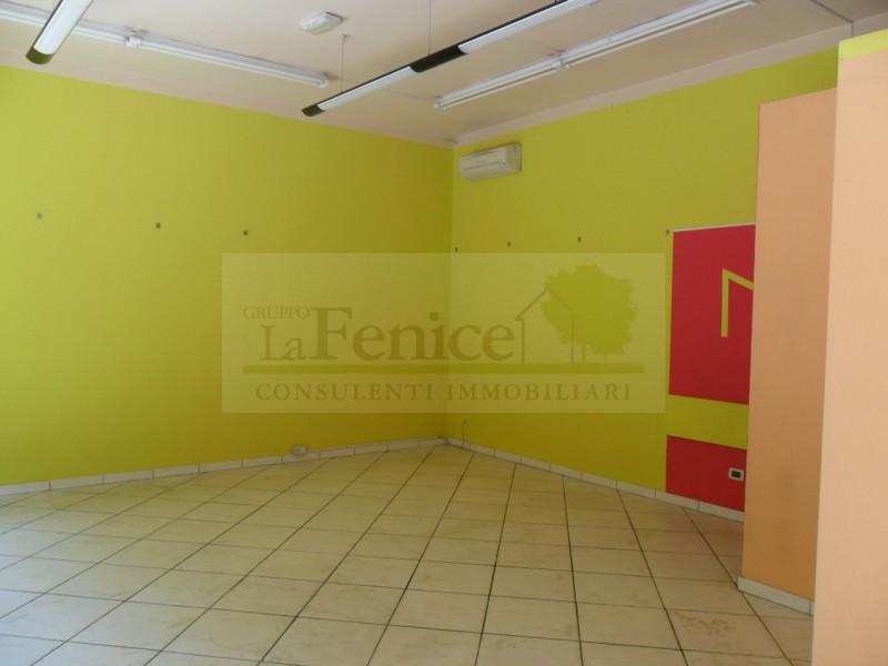 MEDOLE: NEGOZIO CON VETRINA - https://images.gestionaleimmobiliare.it/foto/annunci/130703/381252/800x800/02-07-2013_029.jpg