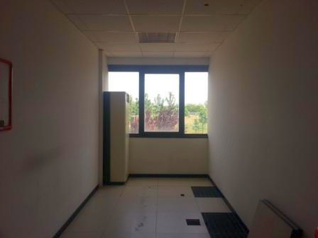 Spazi così divisi: 330 mq ca di uffici al primo piano, 310 mq ca di uffici al secondo piano, 620 mq