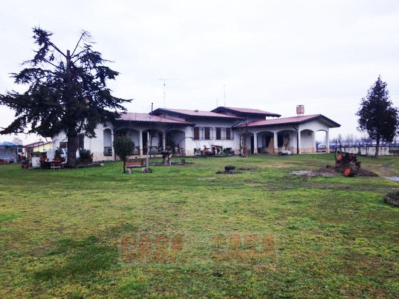 Villa dagli ampi spazi, immersa nel verde, con ampio giardino
