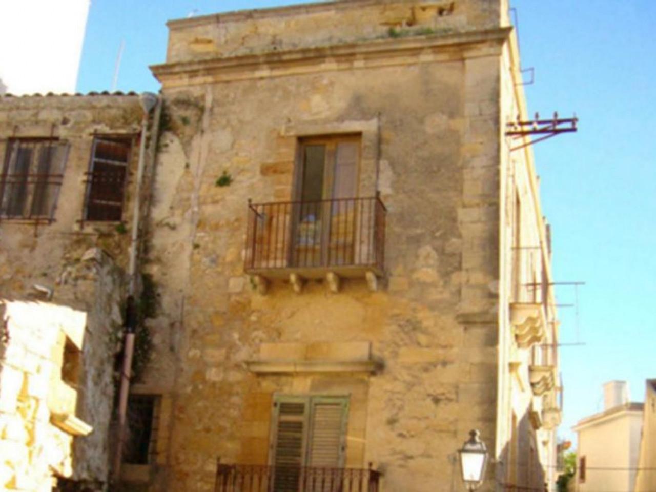 Residenza con magazzini in centro storico