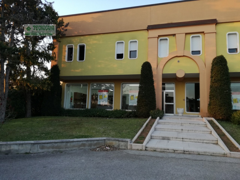 Negozio / Locale in vendita a Nogarole Rocca, 9999 locali, prezzo € 850.000   CambioCasa.it