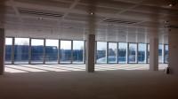 Gli uffici, molto luminosi, sono dotati di condizionamento e riscaldamento centralizzato, controsoff