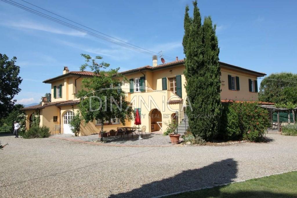 Caratteristico Casale adatto per agriturismo in vendita, vicinanze Pisa