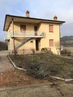 Vendesi casa indipendente con giardino circostante in posizione panoramica