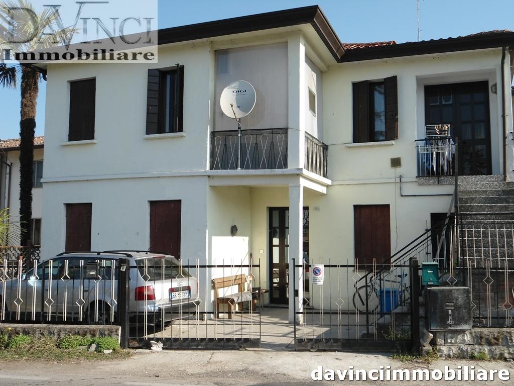 Vigonovo: 2 appartamenti trilocali con cortile