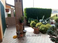Schiera con garage e giardino.