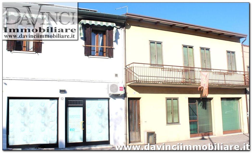 Vigonovo:Stabile di 3 unità,1 trilocale,2 spazi commerciali fronte strada principale