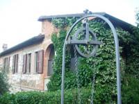 TREQUANDA (SI): Localita' Petroio, casa singola con circa 1 ettaro di terreno