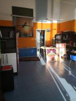 In elegante contesto vendesi negozio con vetrina e posto auto coperto...............