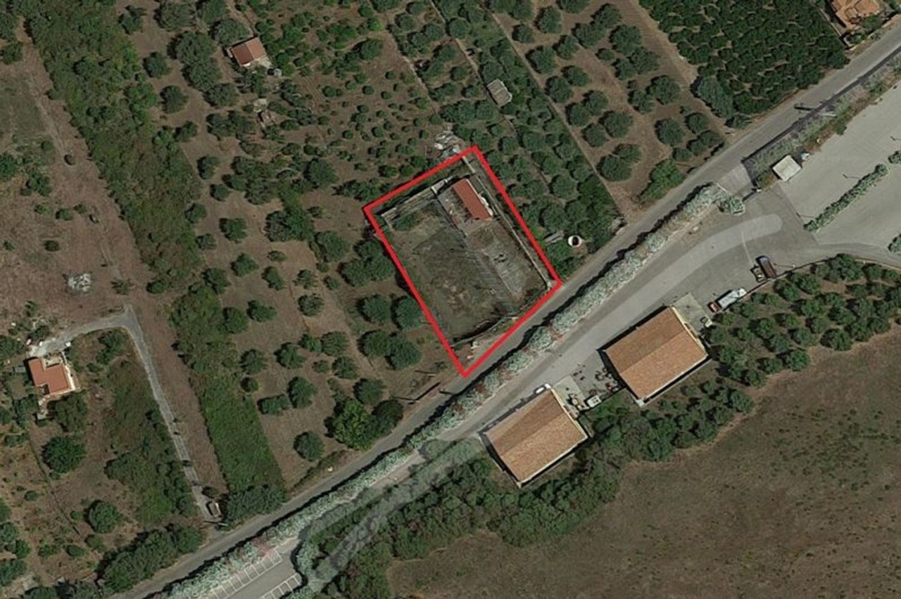 ALTITUDE 1/2 of land of 2070 square meters with sports facility