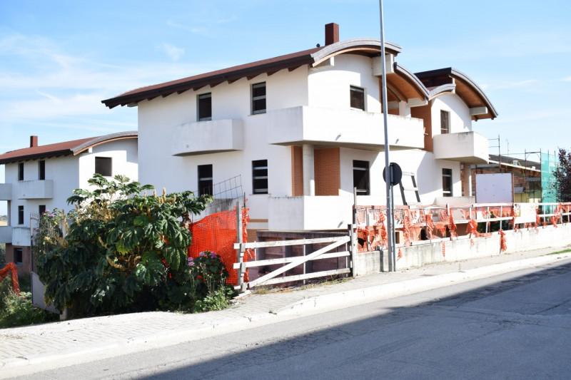 Villa Bifamiliare in vendita a Pianella, 4 locali, zona Località: Pianella, prezzo € 110.000   CambioCasa.it