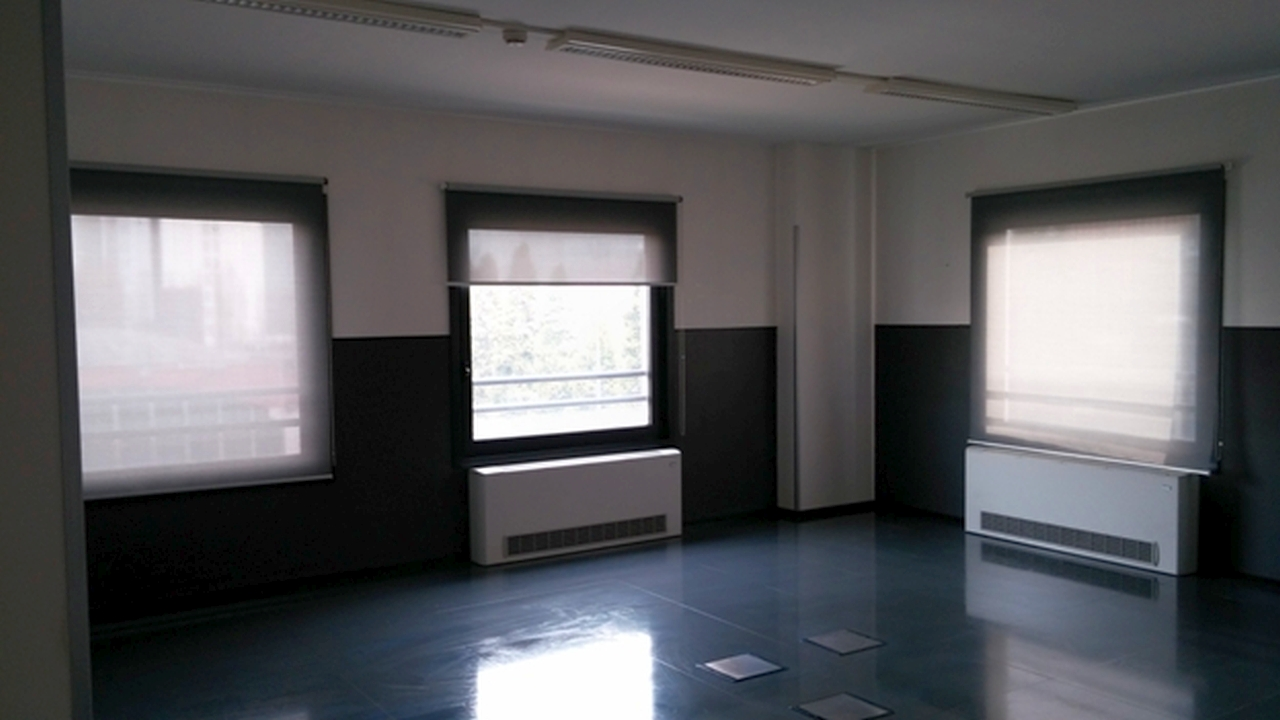 Uffici luminosi dotati di  riscaldamento centralizzato compreso nel canone, aria condizionata, pavim