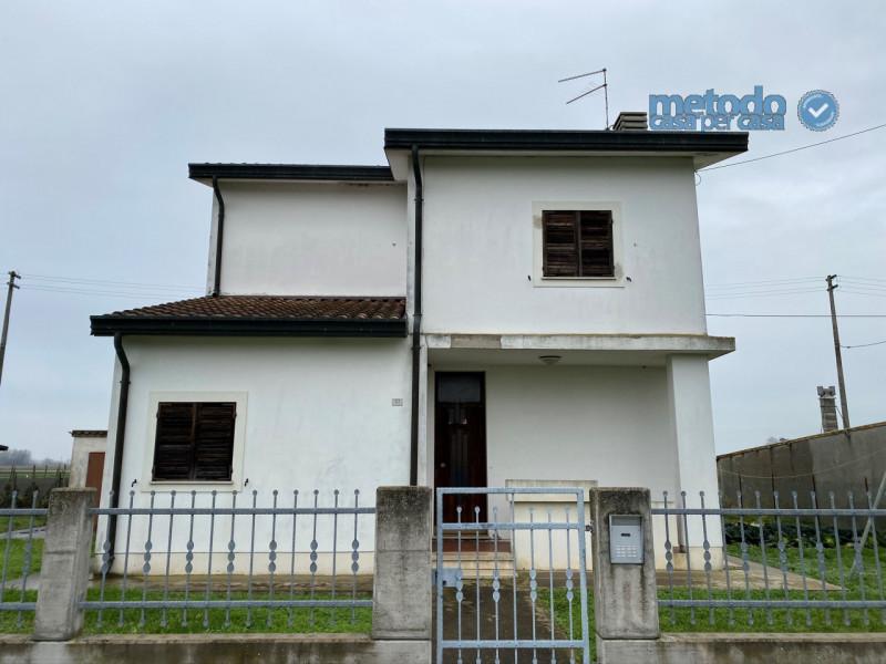 Villa in vendita a Crespino, 4 locali, zona Zona: San Cassiano, prezzo € 79.000   CambioCasa.it