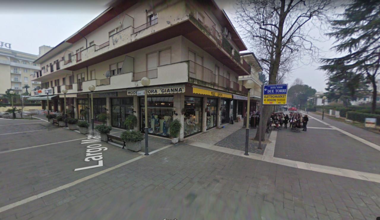In centralissima zona pedonale affittiamo negozio