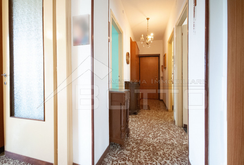 Four-room apartment for sale in Grignasco, independent heating system with garage