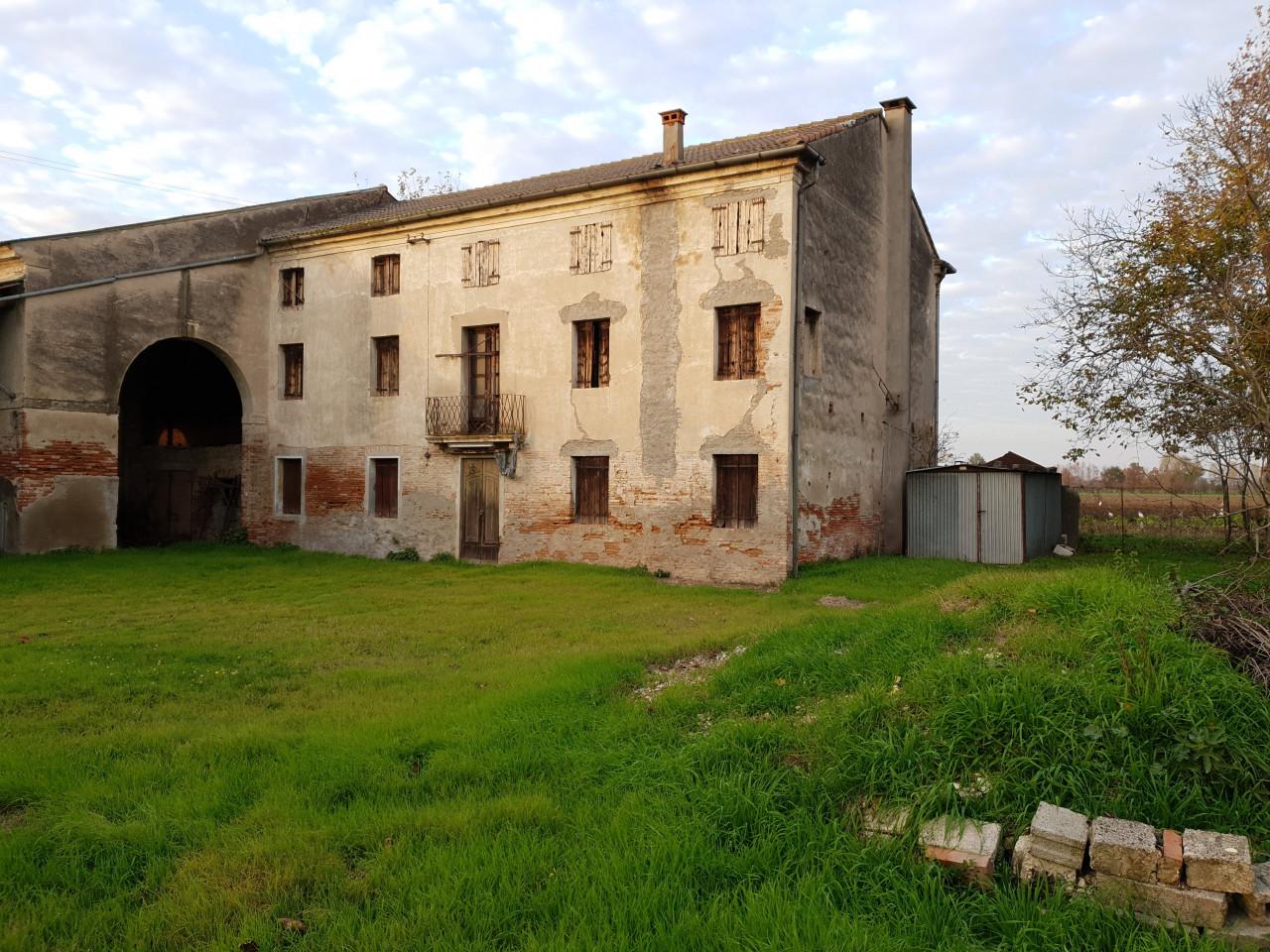Casale da Ristrutturare con Ampi Spazi e Posizione Isolata