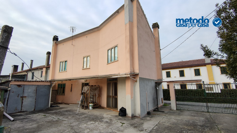 Villa Bifamiliare in vendita a Adria, 4 locali, zona Località: Adria, prezzo € 67.000   CambioCasa.it
