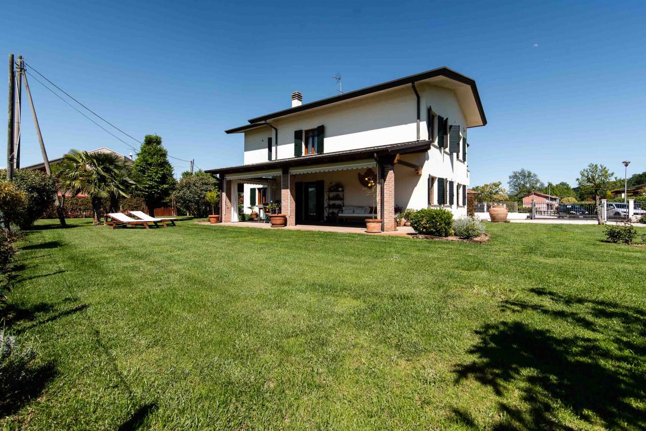 D318 Signorile casa singola con giardino e splendida vista in vendita a Torreglia https://images.gestionaleimmobiliare.it/foto/annunci/210121/2378070/1280x1280/000__blucasa-2131.jpg