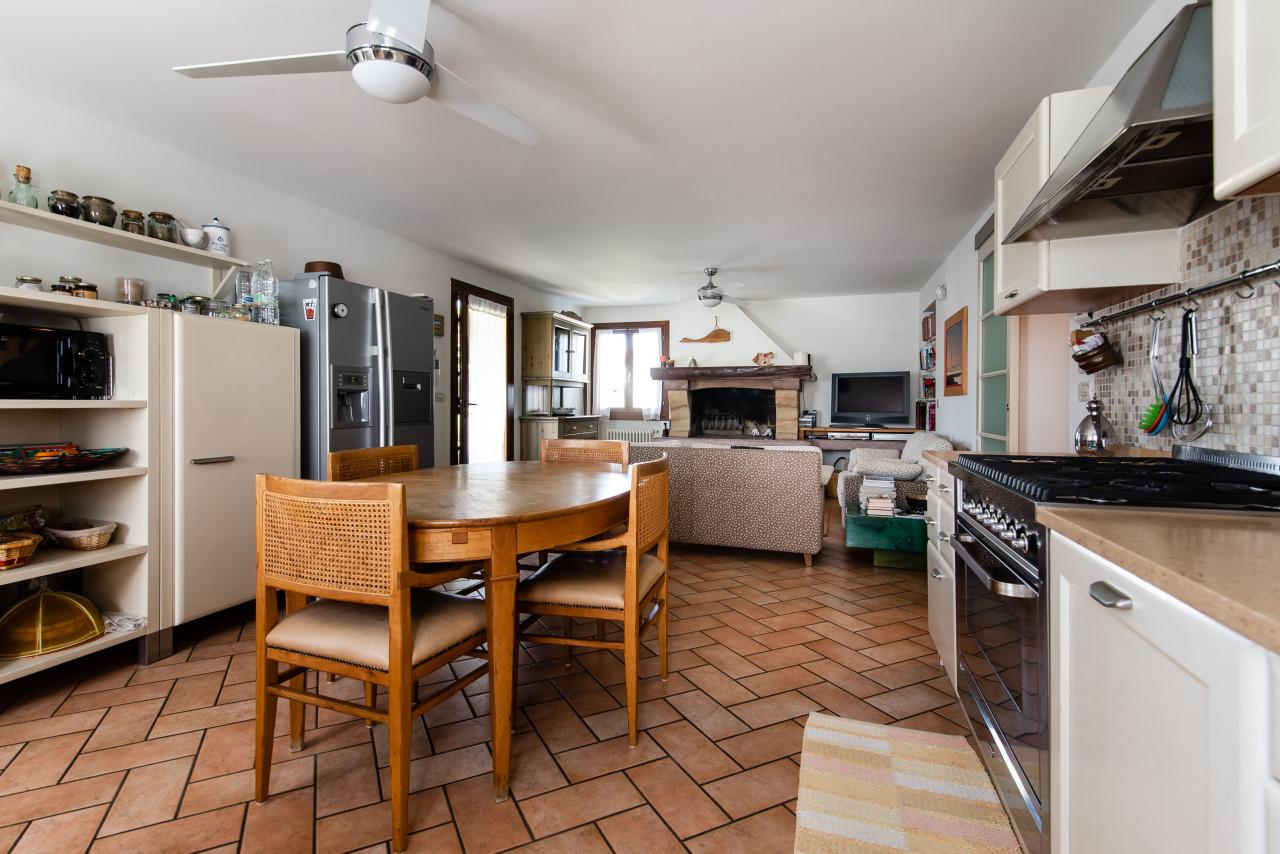 D318 Signorile casa singola con giardino e splendida vista in vendita a Torreglia https://images.gestionaleimmobiliare.it/foto/annunci/210121/2378070/1280x1280/004__blucasa-2048.jpg