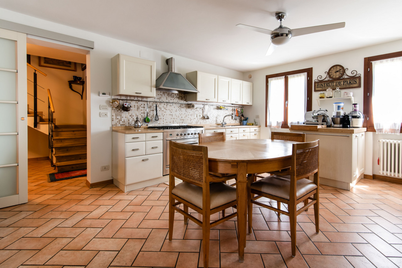 D318 Signorile casa singola con giardino e splendida vista in vendita a Torreglia https://images.gestionaleimmobiliare.it/foto/annunci/210121/2378070/1280x1280/005__blucasa-2045.jpg