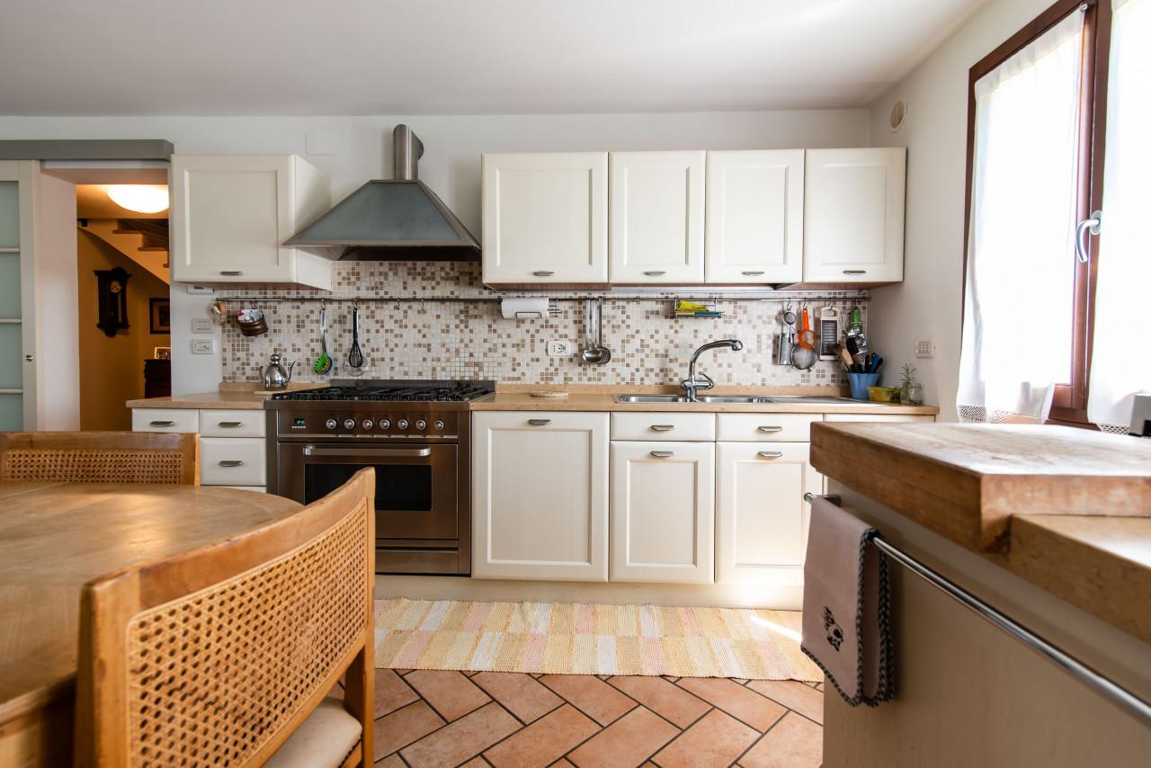 D318 Signorile casa singola con giardino e splendida vista in vendita a Torreglia https://images.gestionaleimmobiliare.it/foto/annunci/210121/2378070/1280x1280/007__blucasa-2047.jpg