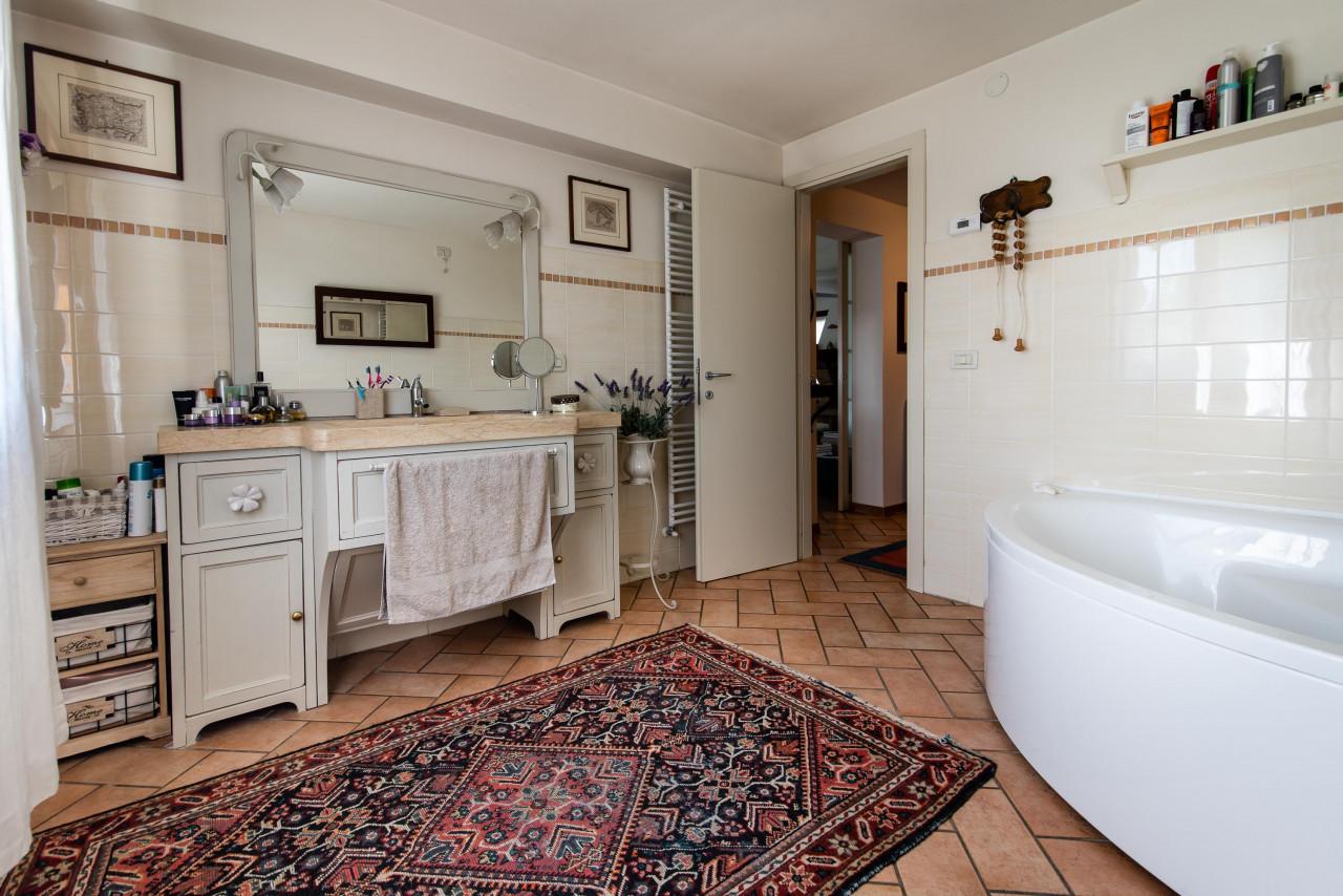 D318 Signorile casa singola con giardino e splendida vista in vendita a Torreglia https://images.gestionaleimmobiliare.it/foto/annunci/210121/2378070/1280x1280/011__blucasa-2060.jpg