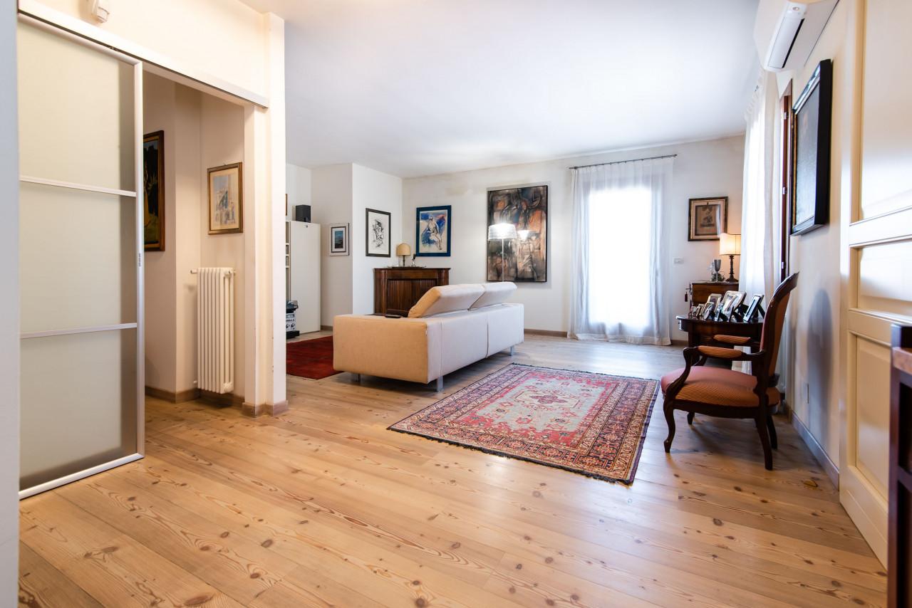 D318 Signorile casa singola con giardino e splendida vista in vendita a Torreglia https://images.gestionaleimmobiliare.it/foto/annunci/210121/2378070/1280x1280/016__blucasa-2074.jpg