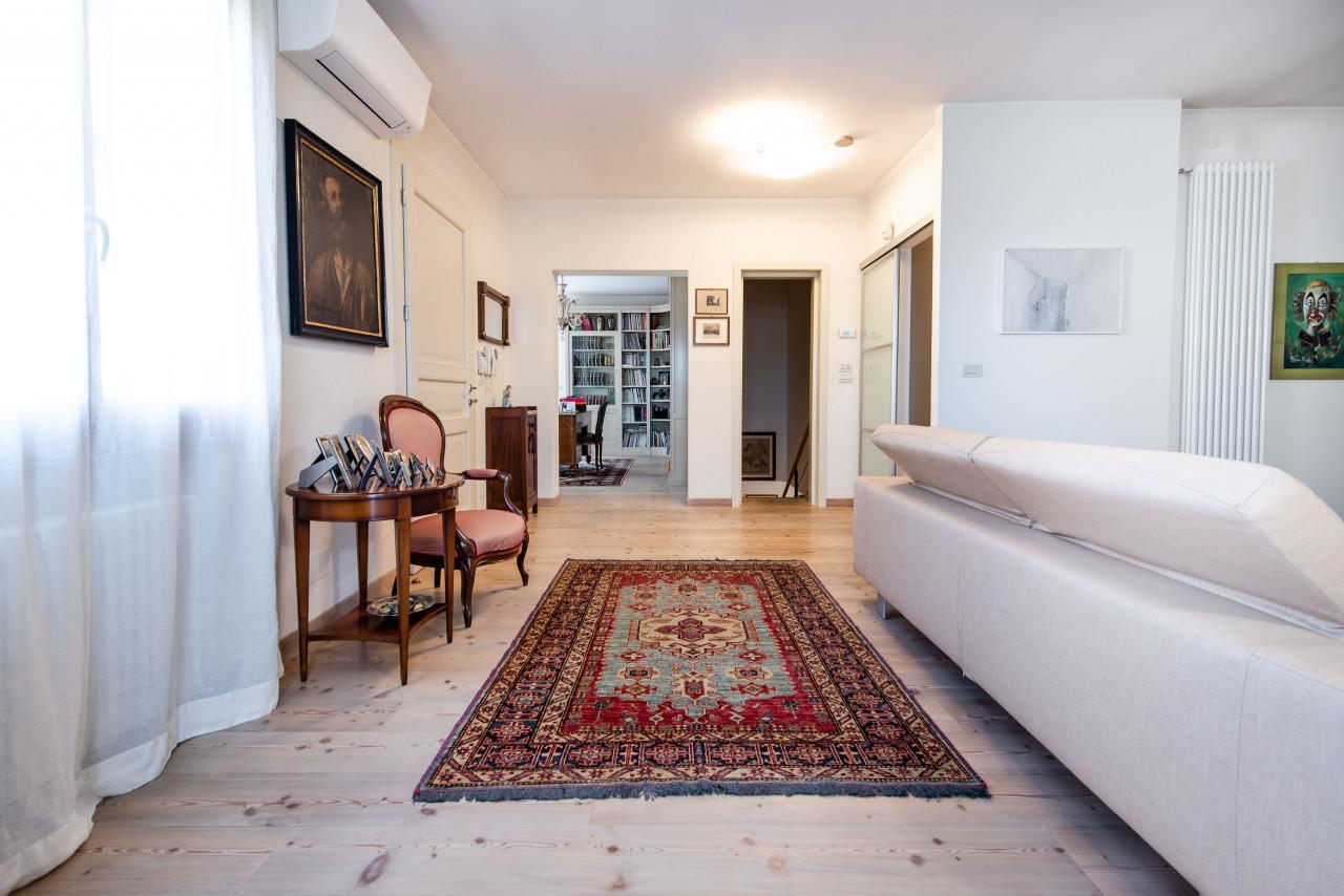 D318 Signorile casa singola con giardino e splendida vista in vendita a Torreglia https://images.gestionaleimmobiliare.it/foto/annunci/210121/2378070/1280x1280/019__blucasa-2079.jpg