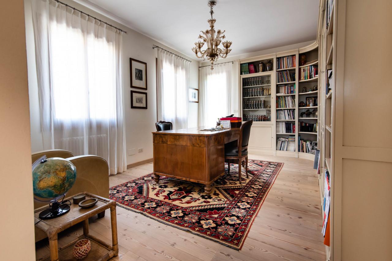 D318 Signorile casa singola con giardino e splendida vista in vendita a Torreglia https://images.gestionaleimmobiliare.it/foto/annunci/210121/2378070/1280x1280/023__blucasa-2068.jpg