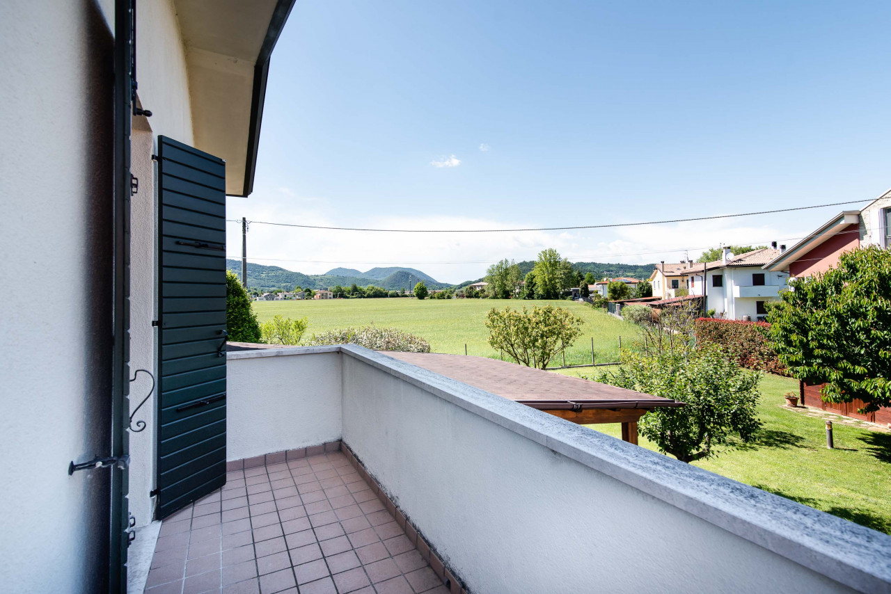 D318 Signorile casa singola con giardino e splendida vista in vendita a Torreglia https://images.gestionaleimmobiliare.it/foto/annunci/210121/2378070/1280x1280/024__blucasa-2091.jpg
