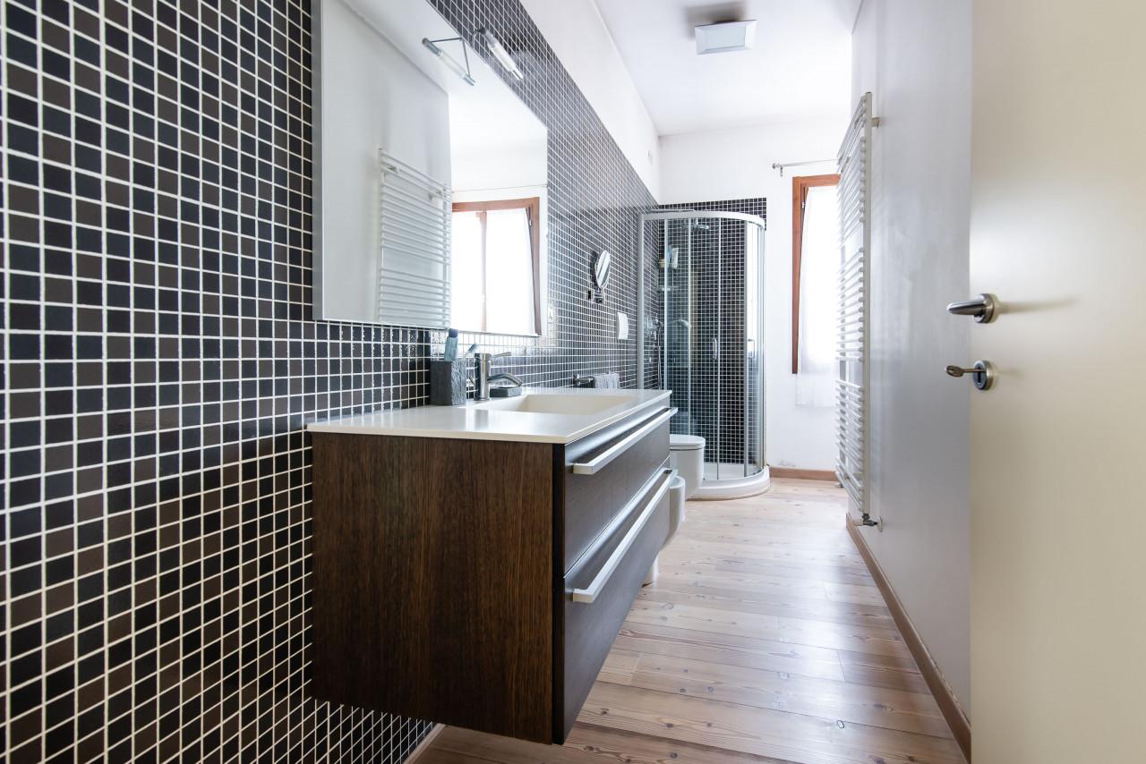 D318 Signorile casa singola con giardino e splendida vista in vendita a Torreglia https://images.gestionaleimmobiliare.it/foto/annunci/210121/2378070/1280x1280/027__blucasa-2099.jpg