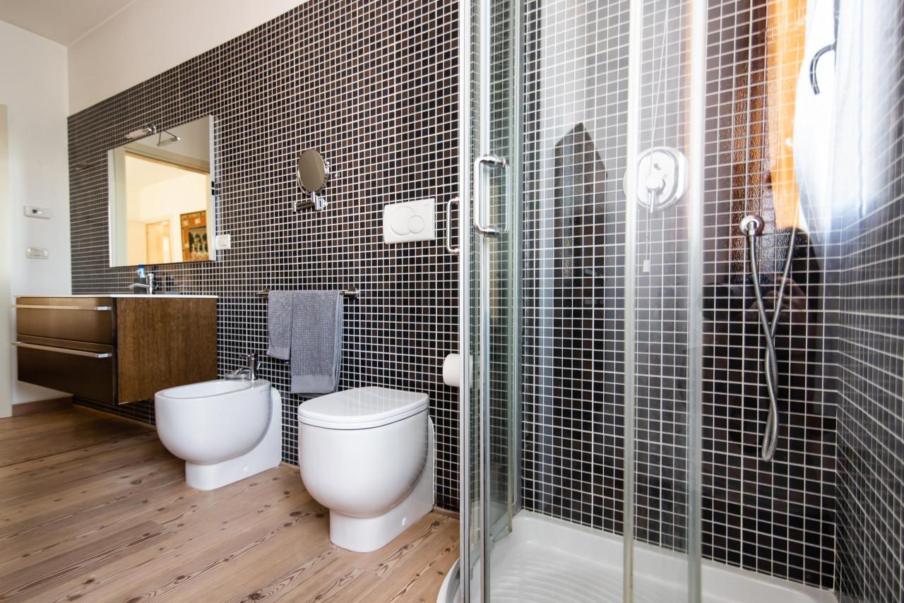 D318 Signorile casa singola con giardino e splendida vista in vendita a Torreglia https://images.gestionaleimmobiliare.it/foto/annunci/210121/2378070/1280x1280/029__blucasa-2107.jpg