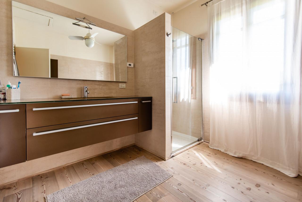 D318 Signorile casa singola con giardino e splendida vista in vendita a Torreglia https://images.gestionaleimmobiliare.it/foto/annunci/210121/2378070/1280x1280/033__blucasa-2113.jpg