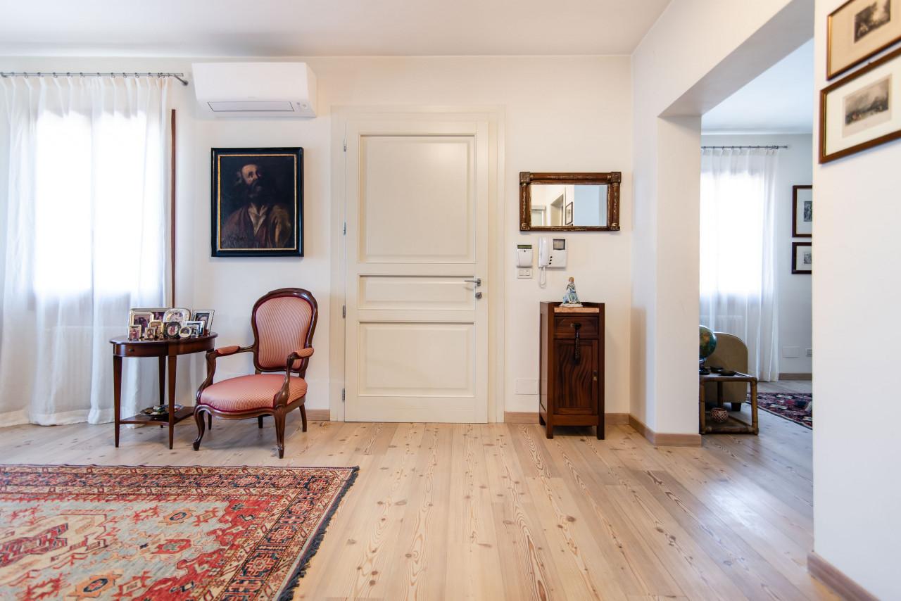 D318 Signorile casa singola con giardino e splendida vista in vendita a Torreglia https://images.gestionaleimmobiliare.it/foto/annunci/210121/2378070/1280x1280/037__blucasa-2126.jpg