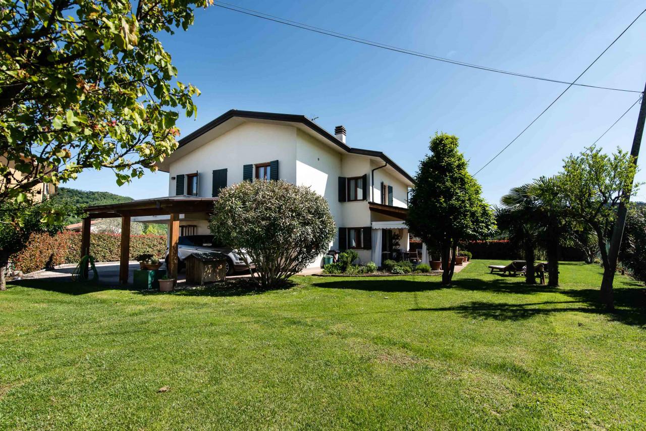 D318 Signorile casa singola con giardino e splendida vista in vendita a Torreglia https://images.gestionaleimmobiliare.it/foto/annunci/210121/2378070/1280x1280/041__blucasa-2144.jpg