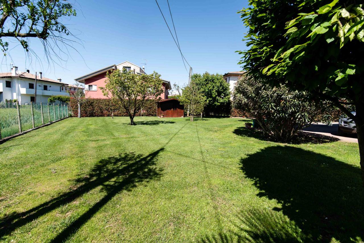 D318 Signorile casa singola con giardino e splendida vista in vendita a Torreglia https://images.gestionaleimmobiliare.it/foto/annunci/210121/2378070/1280x1280/043__blucasa-2140.jpg
