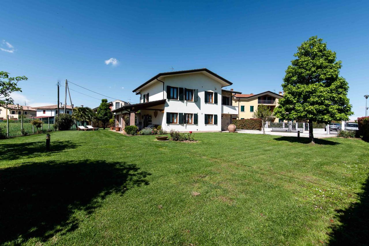 D318 Signorile casa singola con giardino e splendida vista in vendita a Torreglia https://images.gestionaleimmobiliare.it/foto/annunci/210121/2378070/1280x1280/045__blucasa-2171.jpg