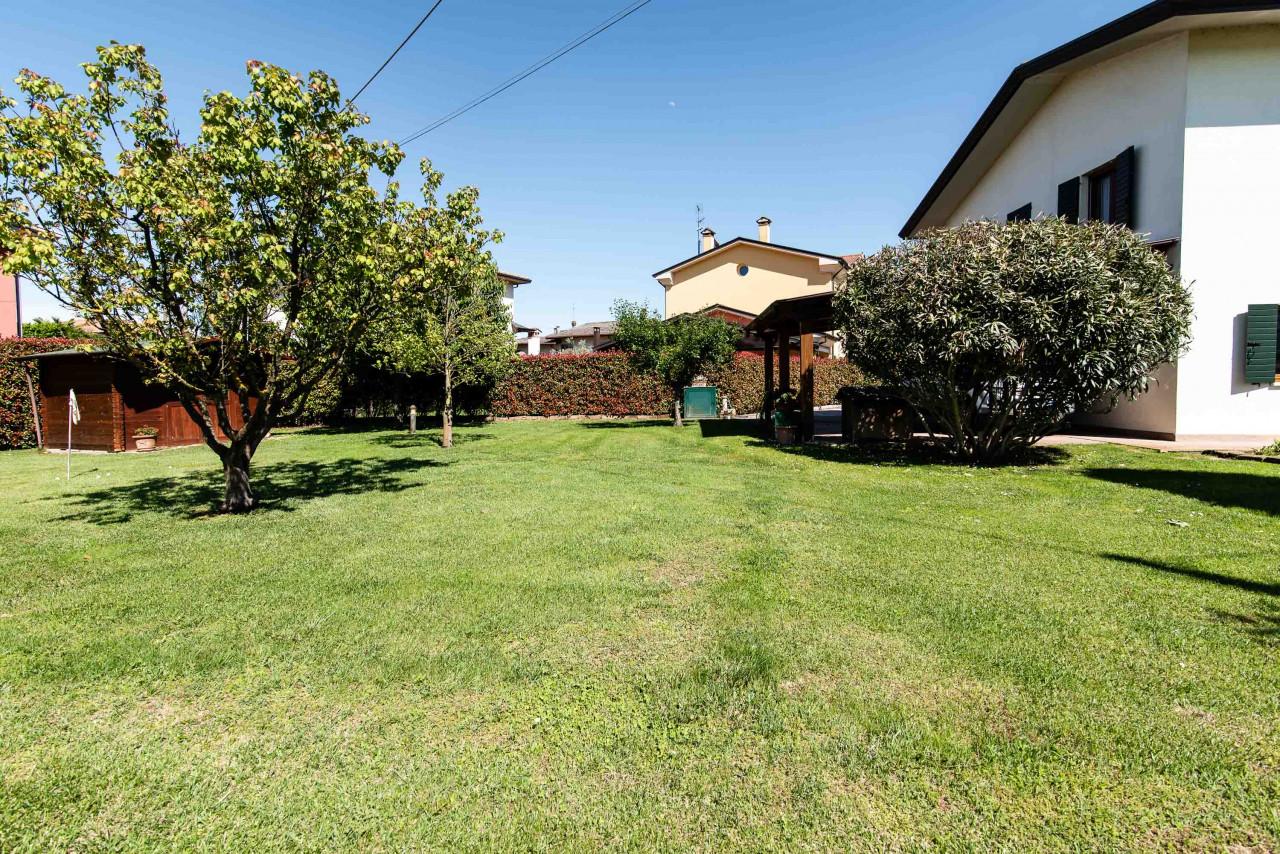 D318 Signorile casa singola con giardino e splendida vista in vendita a Torreglia https://images.gestionaleimmobiliare.it/foto/annunci/210121/2378070/1280x1280/046__blucasa-2143.jpg