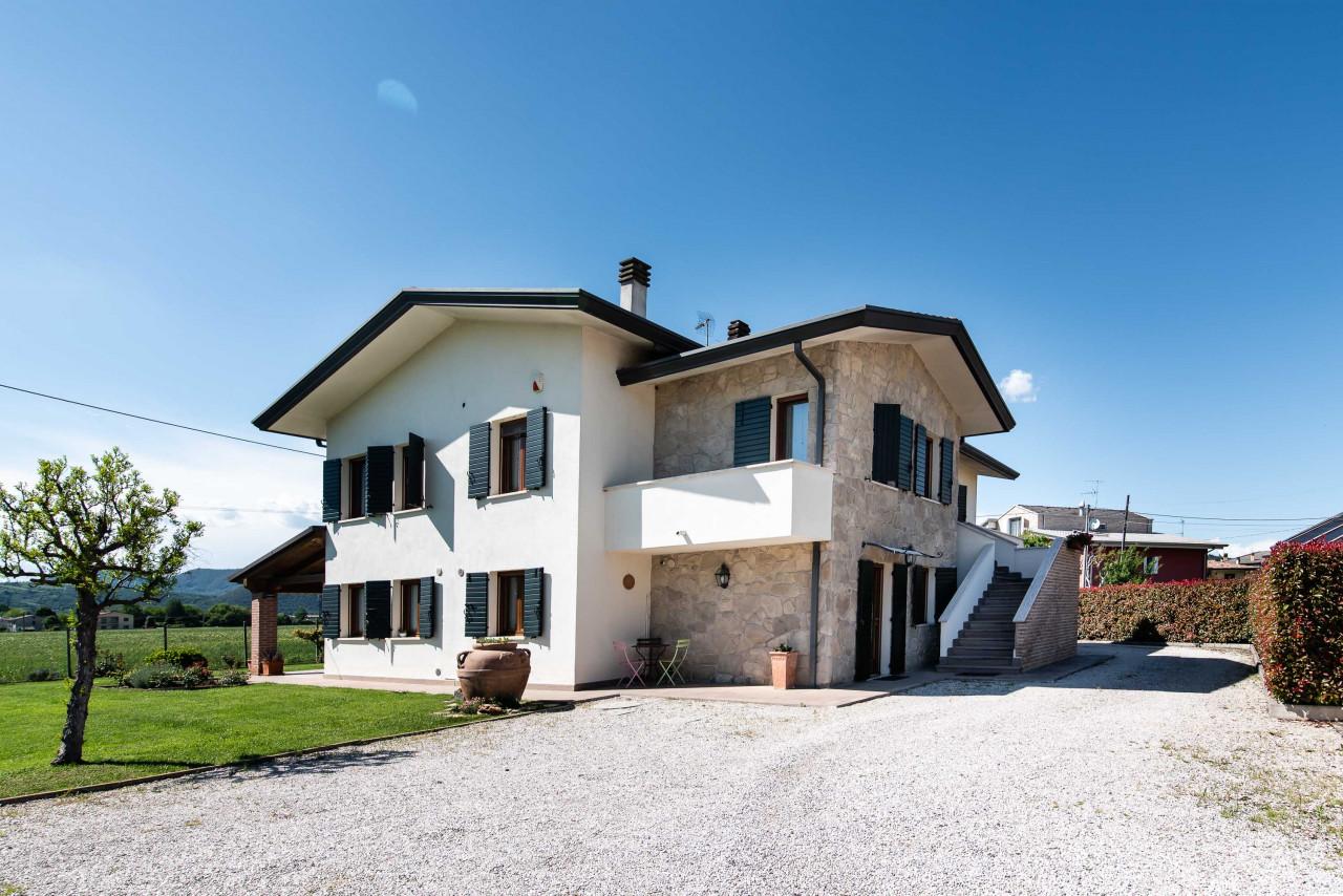 D318 Signorile casa singola con giardino e splendida vista in vendita a Torreglia https://images.gestionaleimmobiliare.it/foto/annunci/210121/2378070/1280x1280/050__blucasa-2165.jpg