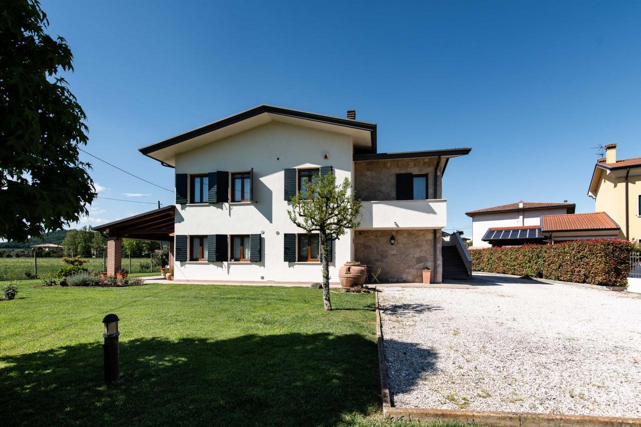 D318 Signorile casa singola con giardino e splendida vista in vendita a Torreglia https://images.gestionaleimmobiliare.it/foto/annunci/210121/2378070/1280x1280/051__blucasa-2168.jpg