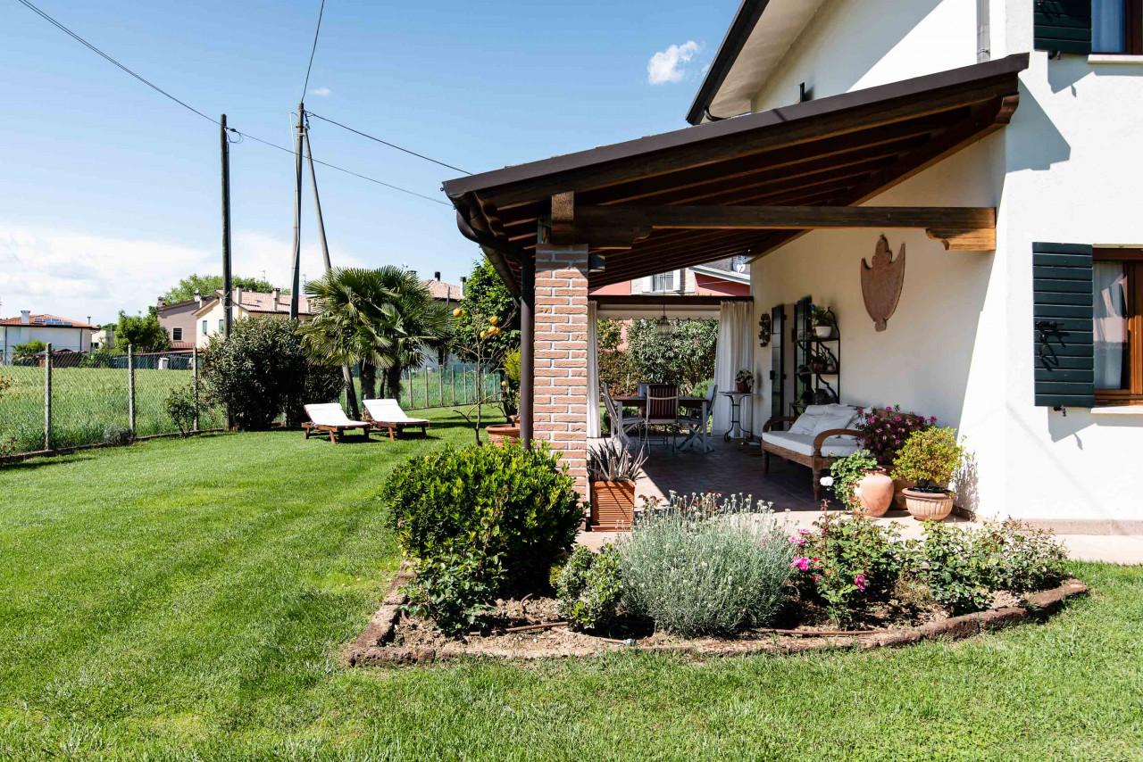 D318 Signorile casa singola con giardino e splendida vista in vendita a Torreglia https://images.gestionaleimmobiliare.it/foto/annunci/210121/2378070/1280x1280/052__blucasa-2175.jpg