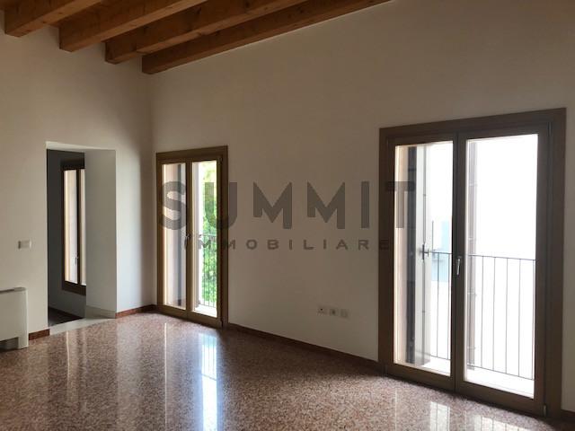 Ufficio / Studio in vendita a Schio, 2 locali, zona Località: Schio - Centro, prezzo € 130.000 | CambioCasa.it
