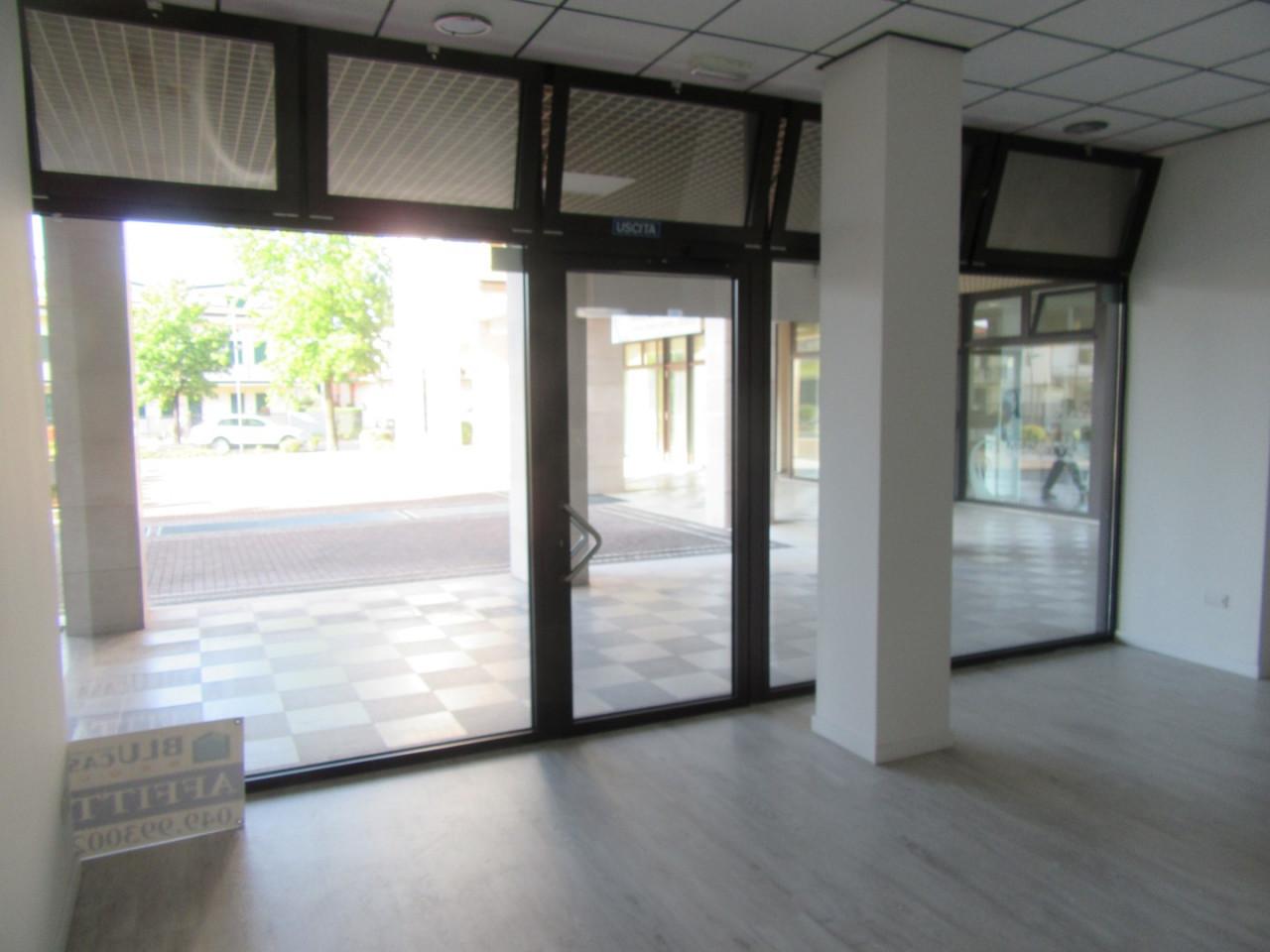 Z370 Negozio con altissima visibilità https://images.gestionaleimmobiliare.it/foto/annunci/210827/2719483/1280x1280/001__01_interno_negozio.jpg