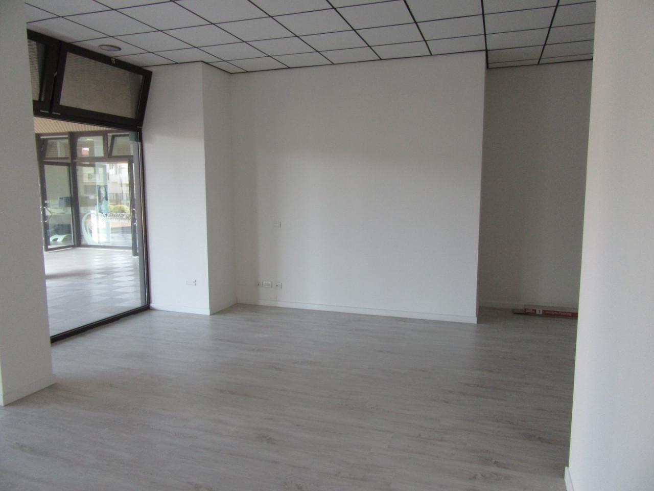 Z370 Negozio con altissima visibilità https://images.gestionaleimmobiliare.it/foto/annunci/210827/2719483/1280x1280/002__02_interno_negozio.jpg