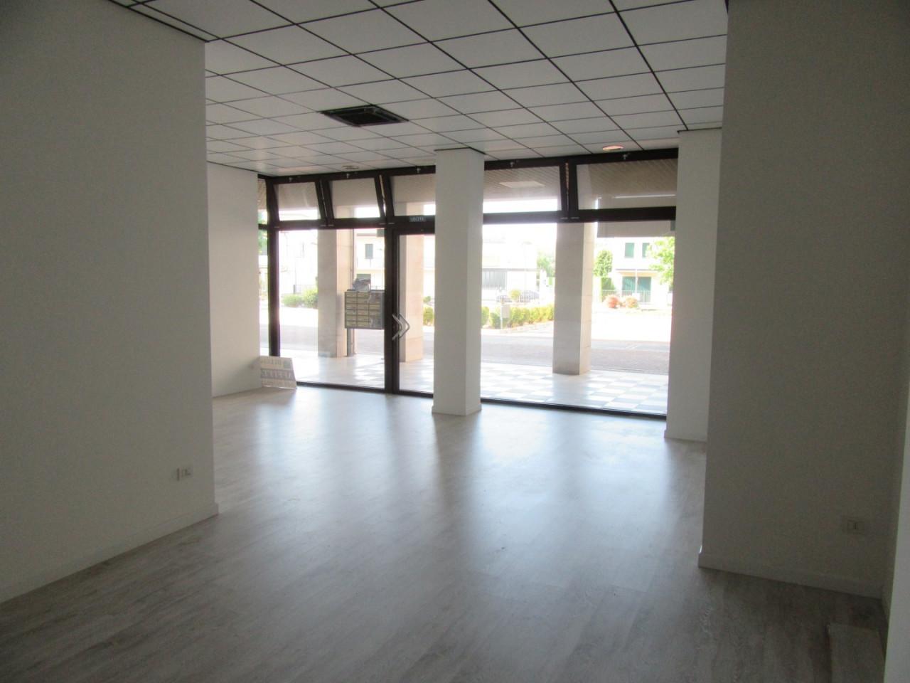 Z370 Negozio con altissima visibilità https://images.gestionaleimmobiliare.it/foto/annunci/210827/2719483/1280x1280/003__03_interno_negozio.jpg