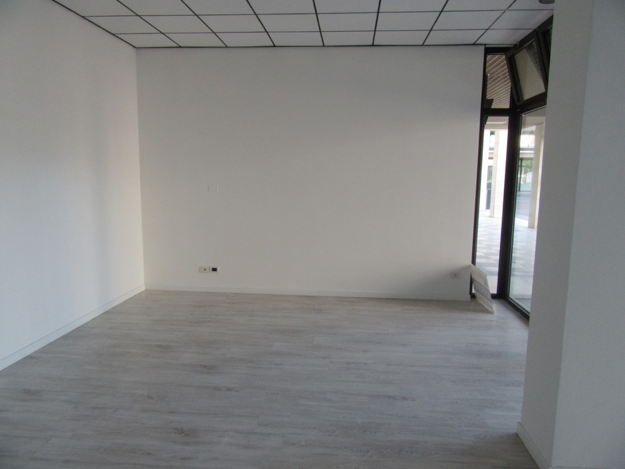 Z370 Negozio con altissima visibilità https://images.gestionaleimmobiliare.it/foto/annunci/210827/2719483/1280x1280/004__04_interno_negozio.jpg