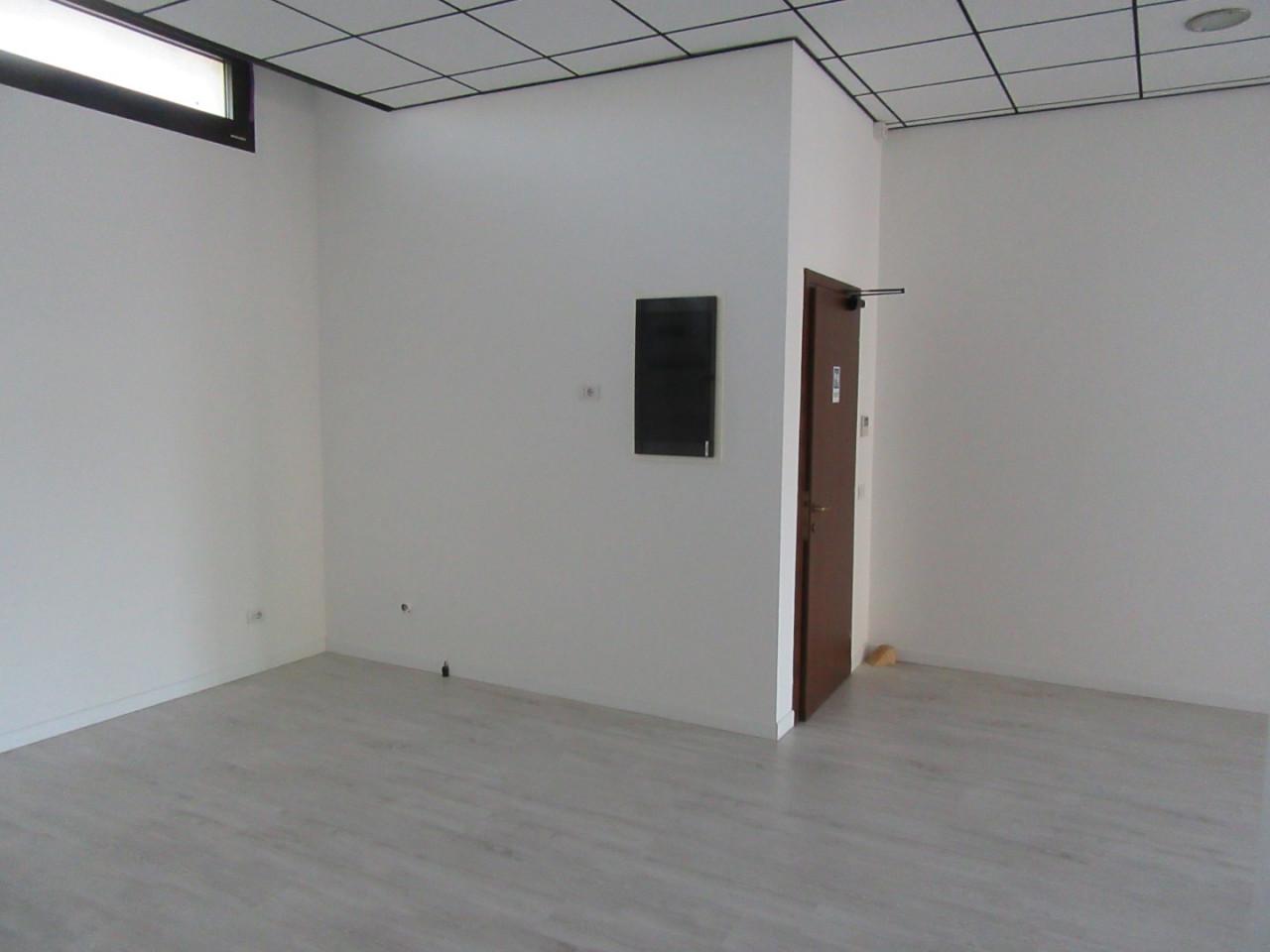Z370 Negozio con altissima visibilità https://images.gestionaleimmobiliare.it/foto/annunci/210827/2719483/1280x1280/007__07_interno_negozio.jpg